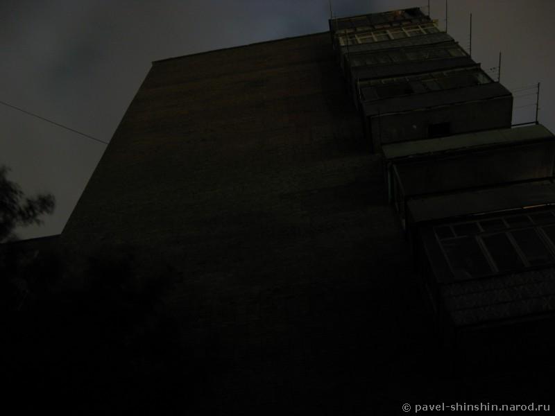 9-этажное здание в темноте