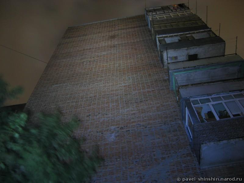 9-этажка освещенная фонарем на длинной выдержке