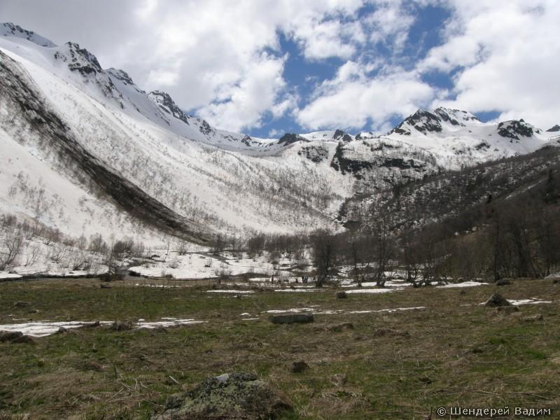 Долина на подъеме к перевалам Айюлю и Олений